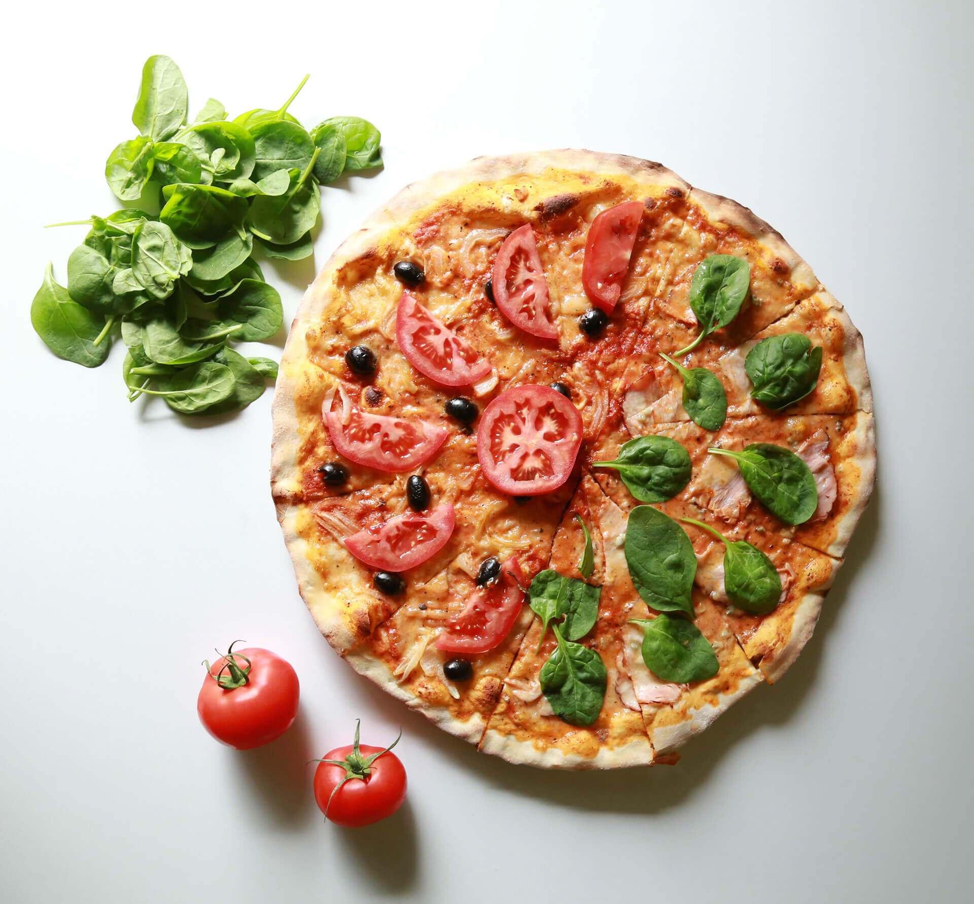 Pizza z serem i pomidorami